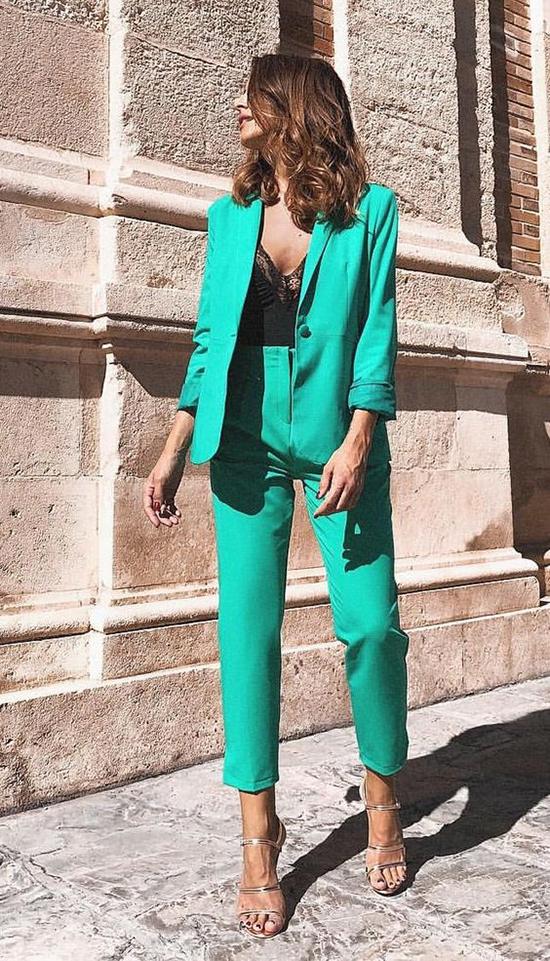 Với với những cô nàng yêu phong cách sexy thì họ thường chọn vest để mặc cùng các mẫu áo bra, áo ren hay áo hai dây gợi cảm.