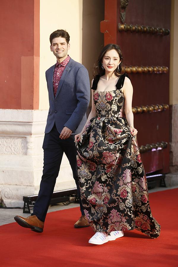 Hôm 16/5, Tuần lễ điện ảnh châu Á khai mạc tại Bắc Kinh, quy tụ sự tham gia của nhiều diễn viên ngôi sao Trung Quốc và quốc tế. Trong ảnh, Dương Mịch đi thảm đỏ chung với một tài tử nước ngoài. Bà mẹ một con khoe dáng thon gọn với đầm lụa thêu hoa thướt tha. Tuy nhiên, cô mang giầy thể thao thay vì một đôi giầy cao gót hay giầy vải truyền thống. Sự kết hợp lạ lùng này khiến Dương Mịch được chú ý.