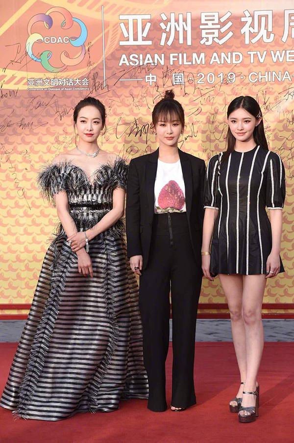 Tống Thiên, Dương Tử, Lâm Duẫn (từ trái qua) cùng chọn tông màu đen cho trang phục dự sự kiện.
