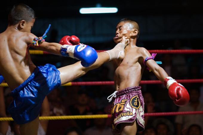 Những đứa trẻ ở Thái Lan thi đấu mà không có đồ bảo hộ.