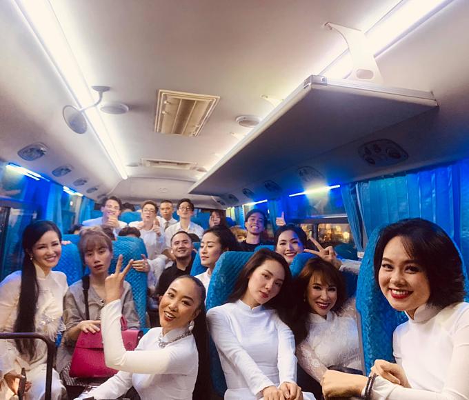 Ca sĩ Hồng Nhung pose hình kỷ niệmcùng Đoan Trang, Uyên Linh, Phương Linh... và nhiều nghệ sĩ khác sau show diễn ở Quảng Bình.