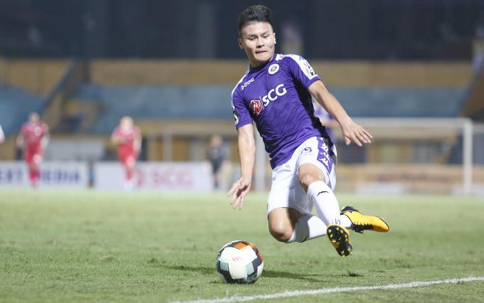 Quang Hải nỗ lực cứu trong trong trận đấu với TP HCM ở vòng 7 V-League 2019. Ảnh: Đương Phạm.