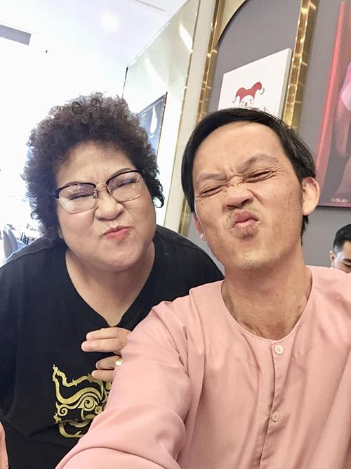 Nghệ sĩ Minh Vượng và Hoài Linh tạo dáng xì tin khi selfie.