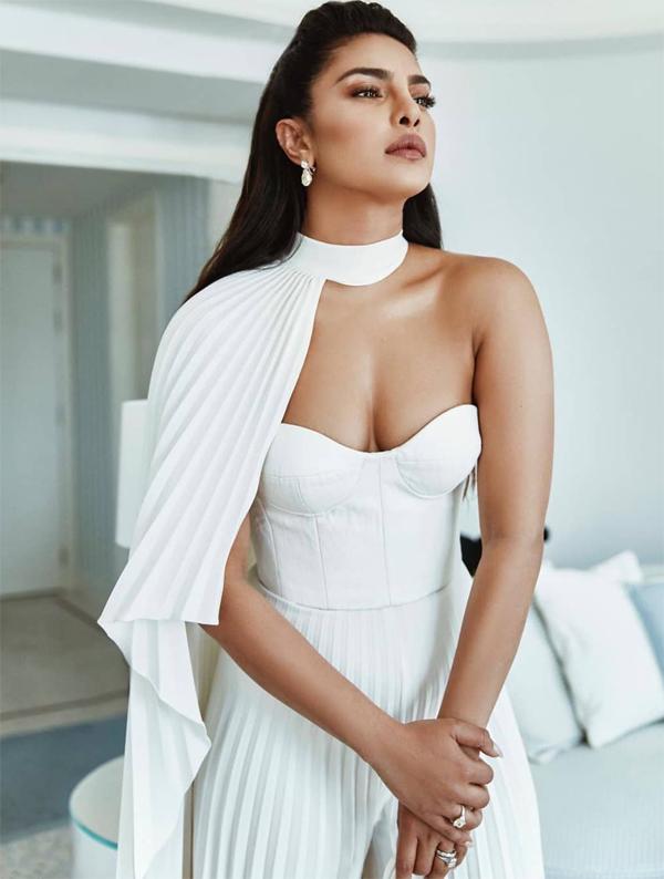 Priyanka Chopra tham dự liên hoan phim Cannes từ ngày 16/5. Cô diện bộ đầm trắng thanh lịch tới dự một hoạt động vào buổi sáng thứ 5.