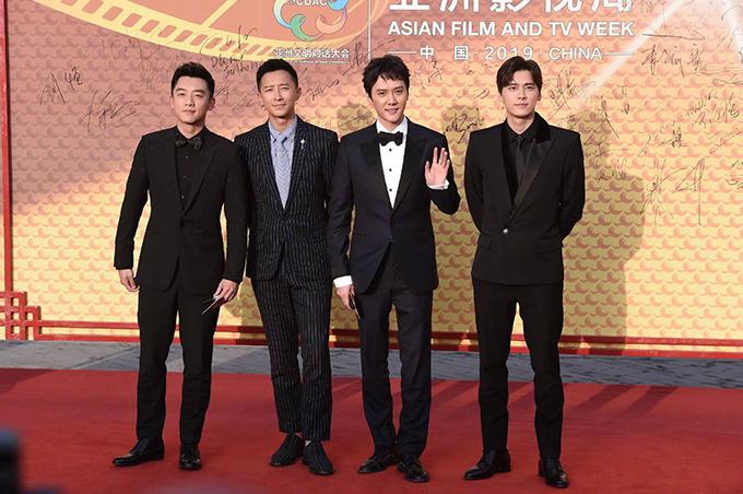 Phùng Thiệu Phong (thứ hai phải qua) và Hàn Canh (thứ hai trái qua) chụp hình thảm đỏ cùng bạn bè.