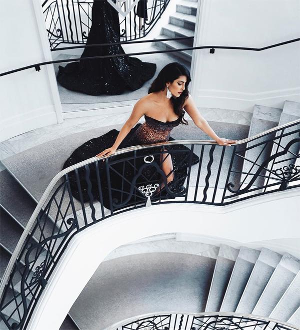 Priyanka khoe đường cong nóng bỏng. Cô từng giành ngôi vị Miss World năm 2000 và là một trong những hoa hậu Ấn Độ đẹp nhất.