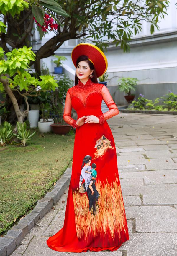 Nhân dịp về nước mới đây, Yến Vy tranh thủ thực hiện bộ hình thời trang với loạt áo dài ý nghĩa của NTK Minh Châu.