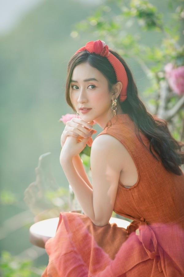 Á hậu Hà Thu khoe vẻ trẻ trung trong thiết kế váy vest gam màu cam đất rực rỡ.