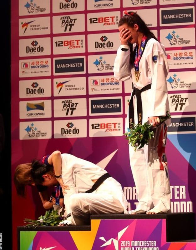 Người giành HC vàng lẫn bạc đều khóc trên bục trao huy chương.