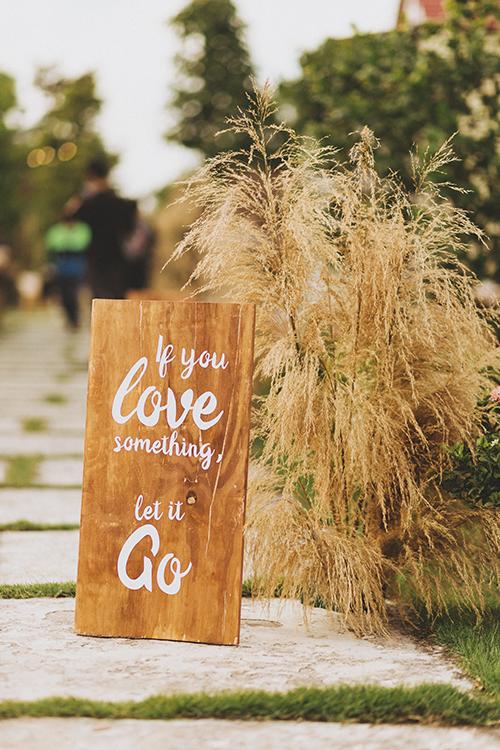 Dọc lối đi ở sân vườn là bảng gỗ màu nâu có in các thông điệp.
