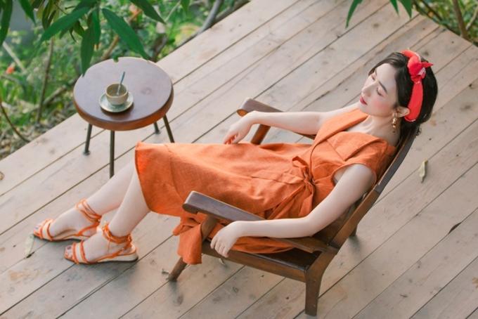 Sandal đế bệt giúp phái đẹp nhẹ nhàng và thoải mái hơn trong những chuyến du lịch mùa hè.