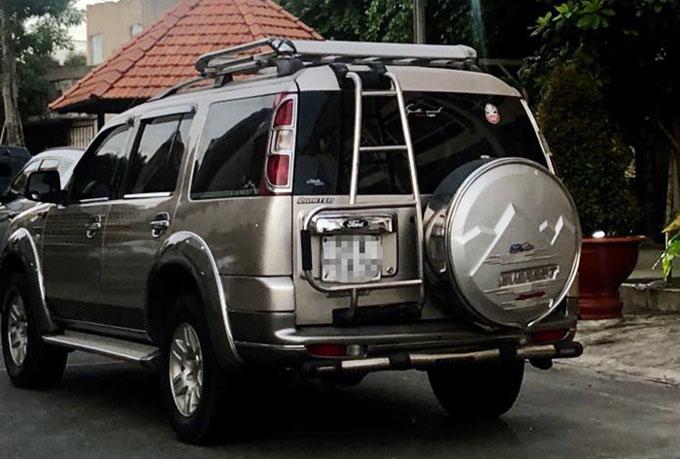 Ôtô chở nhóm phụ nữ tại trụ sở công an sáng 18/5. Ảnh: Nguyệt Triều.