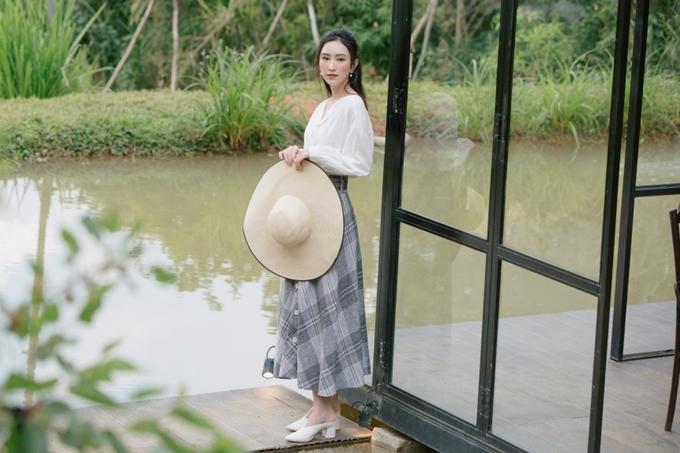 Áo sơ mi trắng chất liệu mềm mại kết hợp chân váy dài mang đến vẻ đẹp cổ điển, thanh lịch cho bạn gái.