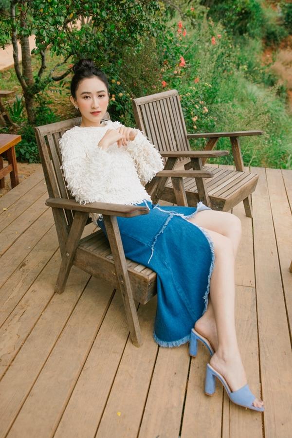 Á hậu khoe vẻ cá tính với áo lông kết hợp chân váy jeans cắt xẻ.