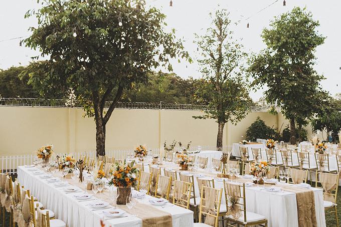 Cô dâu chú rể chọn ghế Chiavari và bàn dài hình chữ nhật cho hôn lễ rustic.