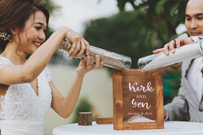 Cặp vợ chồng đổ cát thay vì rót rượu. Đây cũng là gợi ý của ekip vì mong muốn tình yêu của uyên ương sẽ luôn đong đầy.