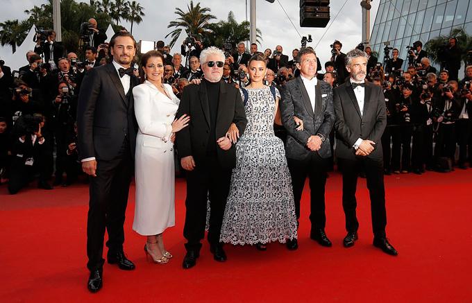 Đoàn làm phim Pain and Glory ra mới báo giới trên thảm đỏ. Bộ phim của điện ảnh Tây Ban Nha do Pedro Almodóvar làm đạo diễn, với sự góp mặt của các ngôi sao Penelope Cruz, Antonio Banderas, Asier Etxeandia, Leonardo Sbaraglia.