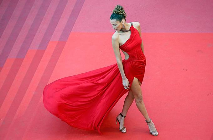 Cô luôn gây xôn xao mỗi mùa liên hoan phim Cannes khi chưng diện những bộ đầm xẻ táo bạo nhất.