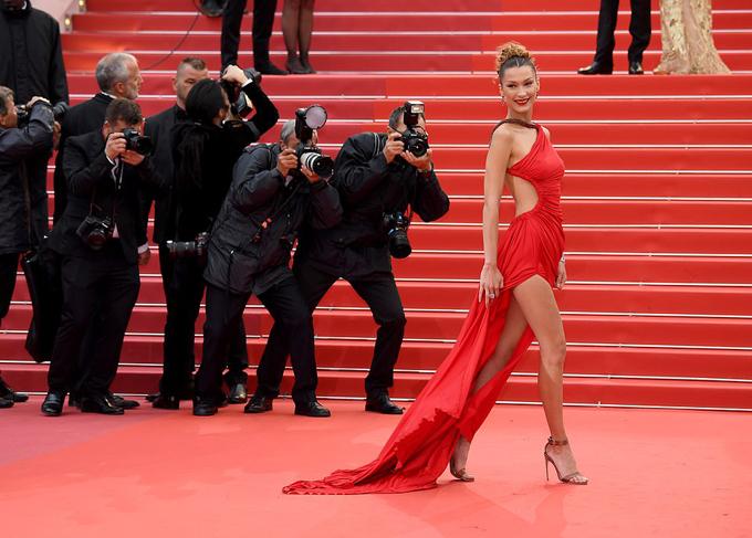 Bella Hadid thu hút sự chú ý trên thảm đỏ khi tới xem bộ phim Pain and Glory chiều thứ sáu.