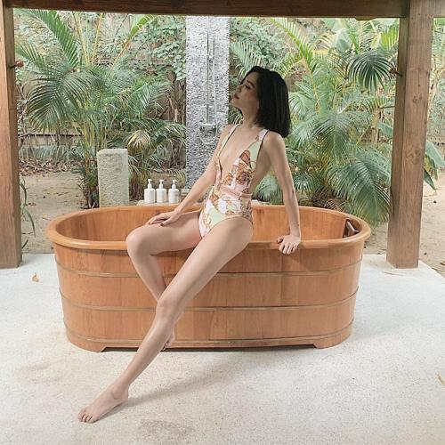 Bích Phương gợi cảm với bikini liền mảnhtôn dáng đôi chân dài. Nữ ca sĩ đang dính tin đồn hẹn hò với Shark Khoa khi để lộ background chụp ảnh giống hệt nhau khi đi du lịch.