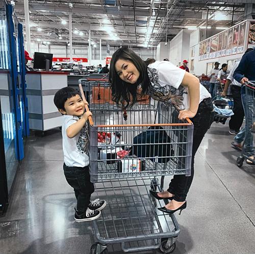Thủy Tiên (vợ Đan Trường) và con trai Thiên Từ vui đùa khi đi mua sắm.
