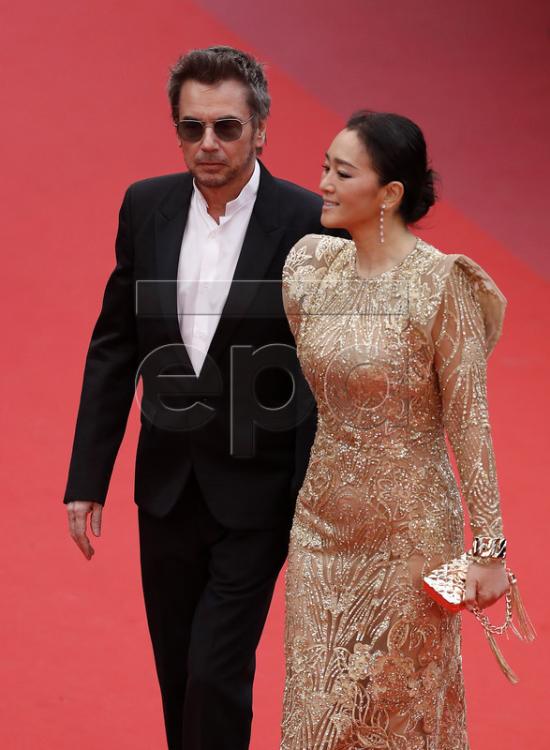 Củng Lợi tiếp tục thu hút truyền thông tại Cannes khi sánh vai ông xã 71 tuổiJean Michel Jarre tại thảm đỏ hôm 17/5 (giờ địa phương). Theo tờ Beijing News, hai ngôi sao đã kết hôn bí mật năm ngoái. Hiện tại, Củng Lợi chưa xác nhận thông tin này, nhưng nhẫn cô đeo trên tay đã phần nào chứng minh điều đó.