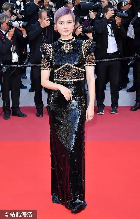 Hình ảnh truyền thông quốc tế thờ ơ với diễn viên Trung Quốc Lý Vũ Xuân và hướng ống kính về phía khác gây ra nhiều tranh cãi, khi nữ ca sĩ xuất hiện tại Cannes hôm 17/5 (giờ địa phương). Không ít ý kiến cho rằng các nghệ sĩ Trung Quốc thực chất không được chào đón ở Cannes, tuy nhiên vẫn thi nhau đến đây để làm màu.
