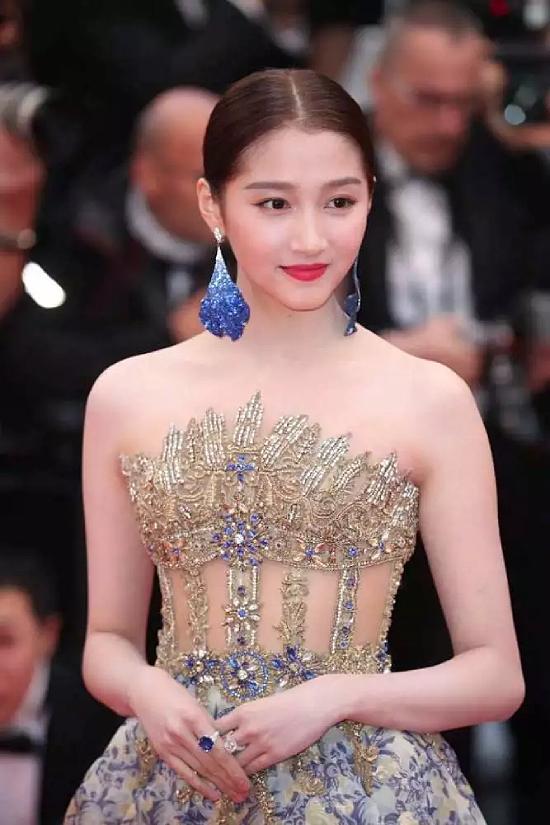 Đến với Cannes năm nay còn có Quan Hiểu Đồng, cô cùng đoàn phim với Tân Chỉ Lôi. Trên thảm đỏ, mỹ nhân Hoa ngữ diện bộ đầm đính cườm kiểu dáng cầu kỳ, tinh tế. Trên mạng xã hội, bạn gái của ca sĩ Lộc Hàm nhận được vô khối lời khen ngợi vì trang phục, thần thái không chê vào đâu được.
