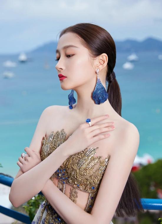 Trước giờ Quan Hiểu Đồng dự sự kiện, hình ảnh cô diện chiếc váy đã được chia sẻ trên mạng xã hội và gây trầm trồ.