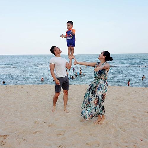 Hoàng tử xiếc Quốc Cơ và bà xã Hồng Phượng vui đùa cùng con trai trên bãi biển. Anh tâm sự: Lâu rồi gia đình Bắp mới có thời gian vui như thế này, một khoảng thời gian đủ để cảm nhận sự đầm ấm, sự hạnh phúc của người bên cạnh, nhất là anh chàng Bắp dễ thương này.Hãy tận hưởng những phút giây tuyệt vời này.