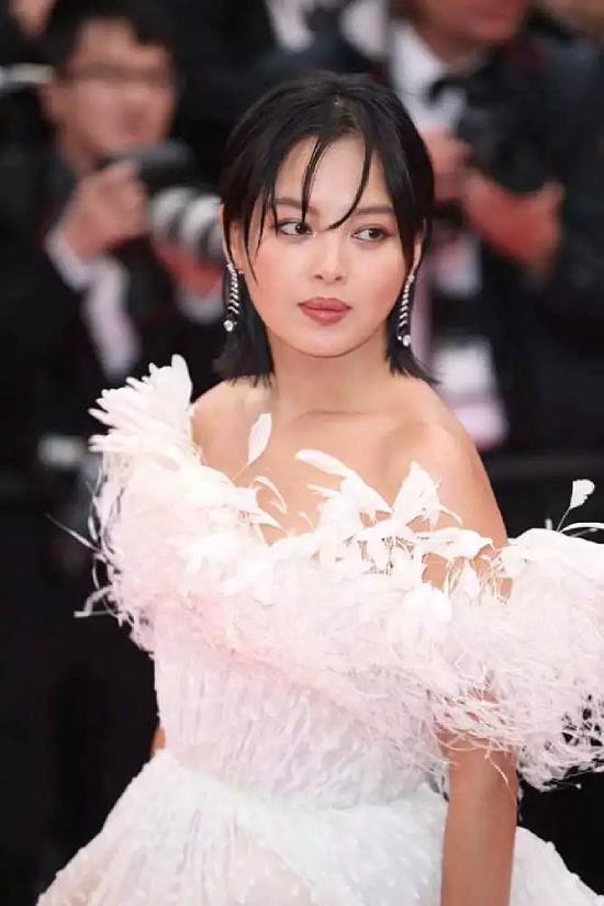 Tân Chỉ Lôi khoe dáng trên thảm đỏ Cannes 2019, sự kiện đang diễn ra tại thành phố biển Cannes, miền nam nước Pháp. Đây là lần đầu tiên Tân Chỉ Lôi có cơ hội đến Cannes, cô tới để quảng bá cho bộ phim Pain and Glory. Trên thảm đỏ, ngôi sao Hoa ngữ
