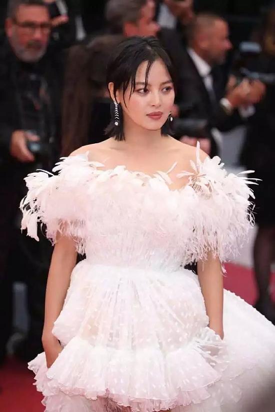 Tờ QQ nhận xét Tân Chỉ Lôi như một nàng thiên nga trắng trên thảm đỏ. Tông trang điểm màu nude được đánh giá rất phù hợp với cô.