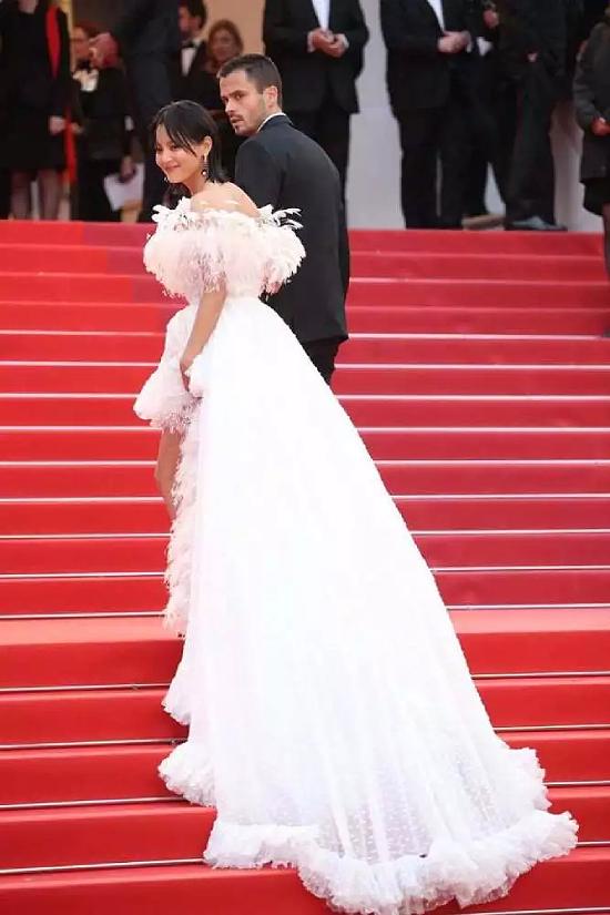 Với chiếc váy dài quét đất, Tân Chỉ Lôi được sự hỗ trợ của một trợ lýkhi di chuyển.