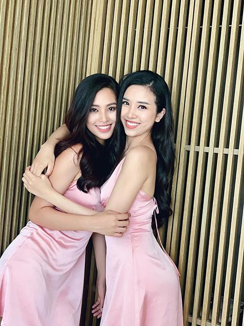 Hoa hậu Tiểu Vy và á hậu Thúy An diện váy đồng điệu và nhận mình là Chị Cám Em Tấm.Mọi người đừng nhầm 2 đứa nhé ạ.