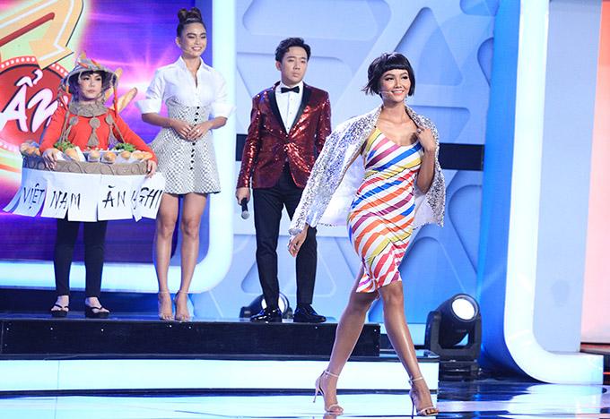 [Caption  Xuất hiện trong trang phục bánh mì của H'Hen Niê trong tập đầu tiên, Việt Hương khiến ai cũng phải trầm trồ với độ chịu chơi của mình. Lấy cảm hứng từ chiếc váy bánh mì gây bão trên thế giới mà