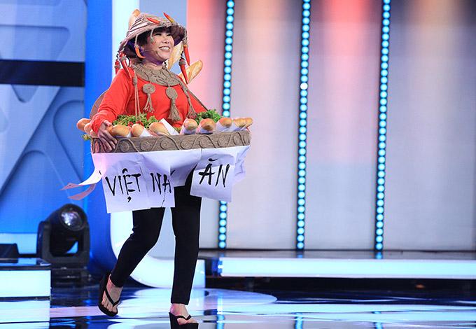 [Captionđượction Xuất hiện trong trang phục bánh mì của H'Hen Niê trong tập đầu tiên, Việt Hương khiến ai cũng phải trầm trồ với độ chịu chơi của mình. Lấy cảm hứng từ chiếc váy bánh mì gây bão trên thế giới mà