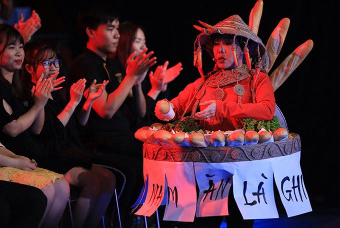 Sau khi giới thiệu trên sân khấu, Việt Hương mang bánh mì xuống hàng ghế khán giả rao bán.