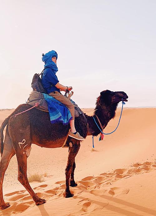 Đến Sahara vào lúc hoàng hôn, tuỳ vào ánh sáng của mặt trời, màu cát sẽ thay đổi theo, lúc vàng, lúc hồng, lúc cam. Một bức tranh thiên nhiên đẹp lộng lẫy không thể tả bằng lời.Lạc đà ở ngoài trông đẹp hơn trên Facebook, ca sĩ Quang Vinh chuyến du lịch của mình ở Ma rốc.