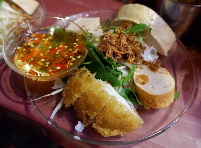 Đĩa bánh cuốn 27.000 đồng ở phố Wall Sài Gòn