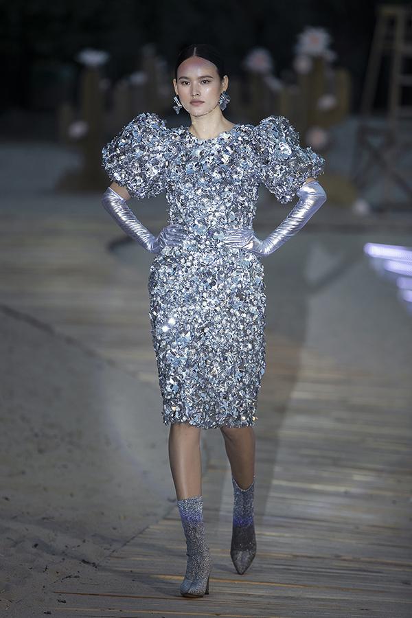 Tuyết Lan gây bất ngờ khi đảm nhận vai trò mở màn cho Before Sunset. Cô diện thiết kế màu ánh bạc, tự tin khoe những bước catwalk mạnh mẽ, dứt khoát.