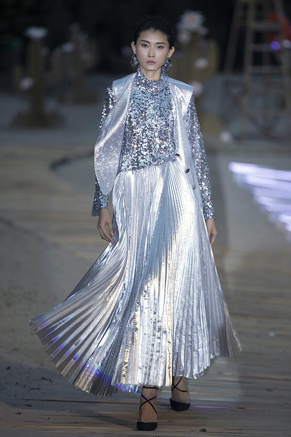 Kim Nhung toả sáng trong ánh chiều chạng vạng bởi diện nguyên set đồ sequins đi kèm chân váy xếp ly chất liệu metalic.