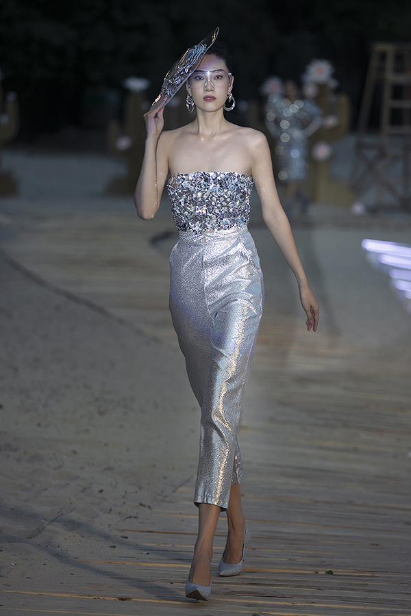 Ngọc Thuý khoe vai trần với áo ống ánh kim đi kèm quần ống lửng.
