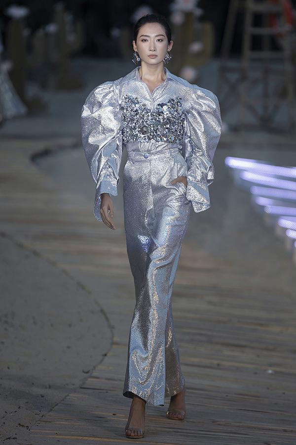 Thanh Hoa diện váy tạo khối vai bồng mix cùng kiểu bra có độ bắt sáng cao.