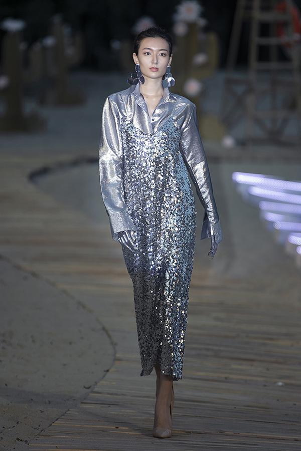 Trước khi show thời trang diễn ra, Hà Nhật Tiến nhận được tin vui khi siêu mẫu Thu Hằng vì ấn tượng với những mẫu này nên quyết định mua một nửa bộ sưu tập Before Sunset.