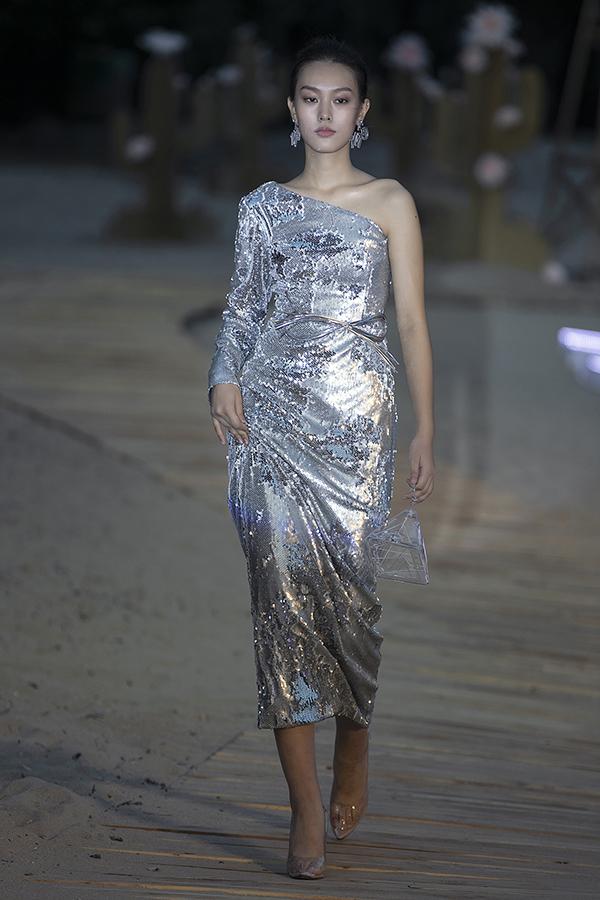 Với việc nắm bắt xu hướng thời trang mới trên thế giới, nhà thiết kế sinh năm 1988 mang chủ đề nước vào từng mẫu váy áo trong đêm diễn. Bộ sưu tập trình bao gồm những thiết kế đa dạng về màu sắc, kiểu dáng.