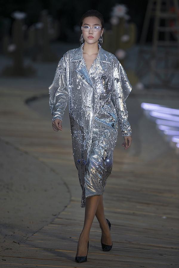 Bên cạnh sự nổi bật của váy áo, Hà Nhật Tiến tạo thêm sự liên kết bằng những phụ kiện mang tính ứng dụng cao như nón, túi từ chất liệu mica trong suốt, plastic trong...