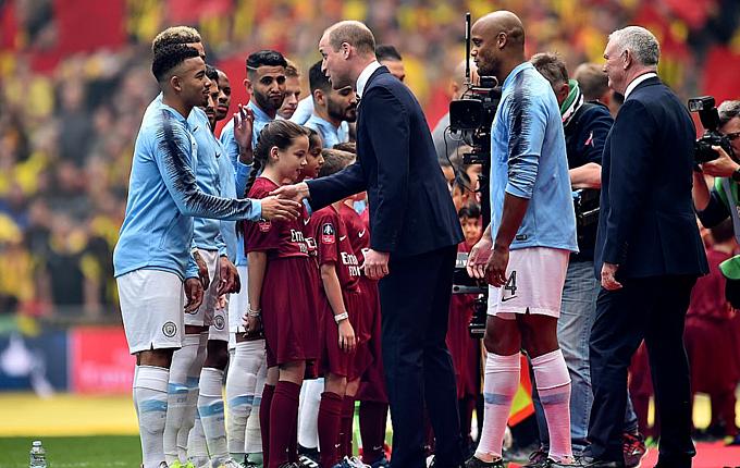 William bắt tay với các cầu thủ trước trận. Ảnh: EPA.