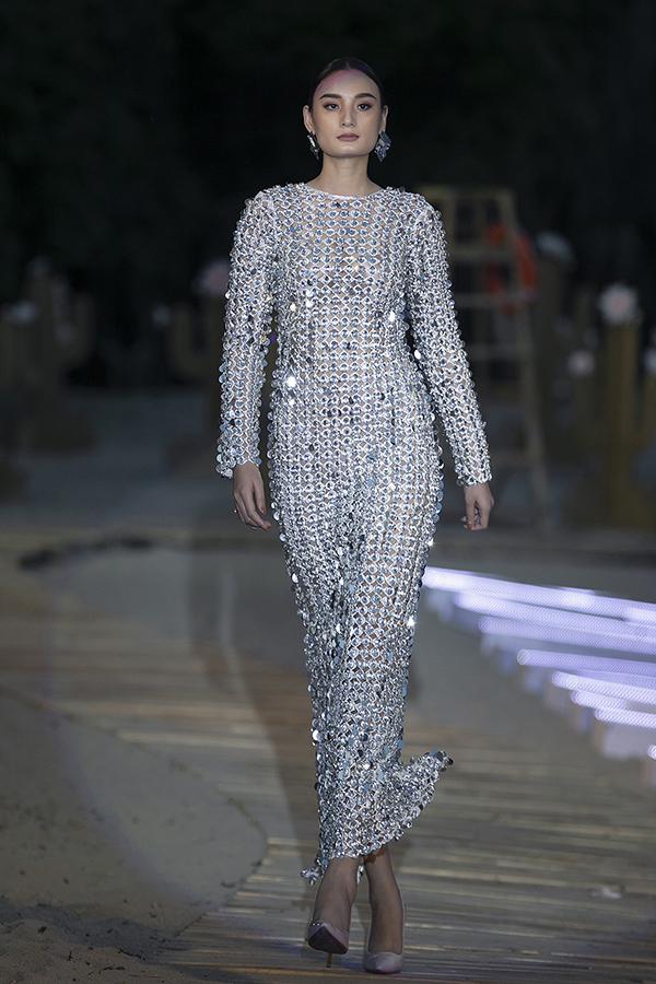 Lê Thuý với chiều cao vượt trội cùng lối trình diễn chuyên nghiệp giúp mẫu váy xuyên thấu thêm phần cuốn hút.