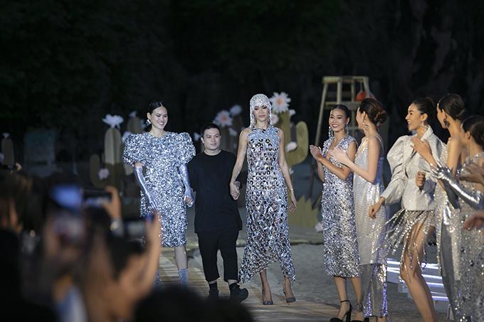 Chiều 18/5, nhà thiết kế Hà Nhật Tiến (áo đen)trình làng bộ sưu tập Before Sunset trong show diễn Fashion Voyage tổ chứctại vịnh Hạ Long.