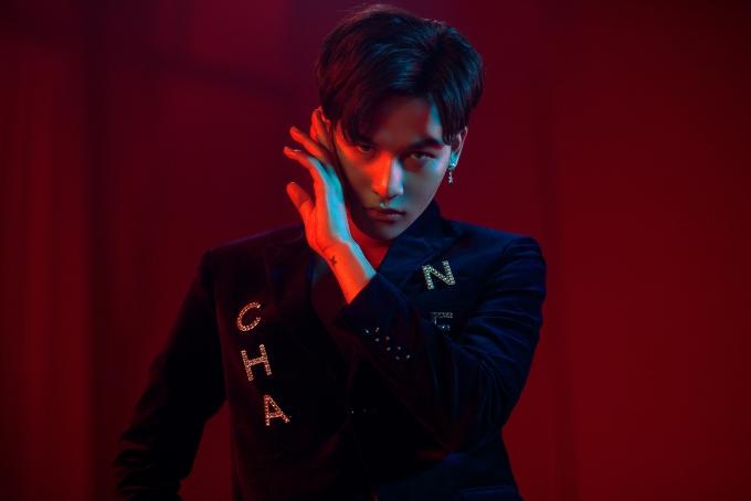 Tối 18/5, ca sĩ Ali Hoàng Dương ra mắt MV Xinh lung linh. Ca khúc do nhạc sĩ Lưu Thiên Hương sáng tác,mở đầu cho album đầu tay của anh sau đăng quang Giọng hát Việt 2017.